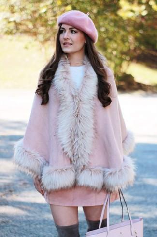 Cómo combinar: capa rosada, jersey con cuello circular blanco, minifalda de ante rosada, botas sobre la rodilla de ante en gris oscuro