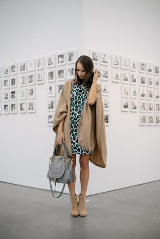 Cómo combinar: capa marrón claro, vestido recto de leopardo gris, botines de ante marrón claro, bolsa tote de cuero gris
