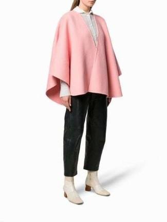 Cómo combinar: capa rosada, camisa de vestir blanca, pantalones anchos de cuero negros, botines de cuero en beige