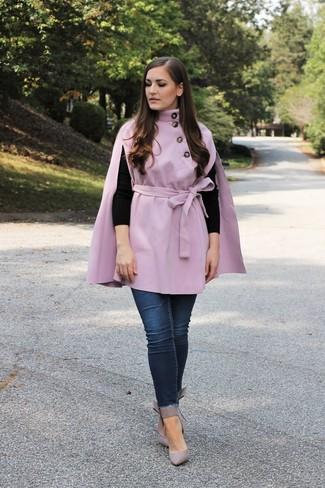 Cómo combinar: capa violeta claro, jersey con cuello circular negro, vaqueros pitillo azul marino, zapatos de tacón de cuero grises
