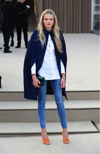 This combo of a dark blue cape coat and blue ripped slim jeans is effortless, chic and oh-so-easy to recreate! And if you want to instantly up the style ante of your look with one piece, add green-yellow leather pumps to the mix. Keep this outfit in your front hall closet when warmer days are here, and we promise you'll save time planning an outfit on more than one occasion.