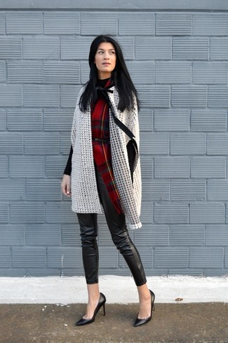 How to wear: beige cape coat, black turtleneck, black leather skinny pants, black leather pumps