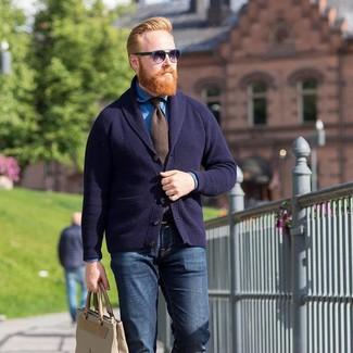 291f0ffa842de Pour une tenue de tous les jours pleine de caractère et de personnalité  harmonise un cardigan Chemise en jean bleue Cravate brun Cardigan à col  châle ...