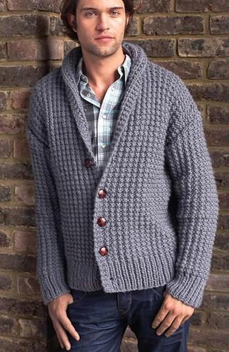 Essaie de marier un cardigan à col châle en tricot gris avec un jean bleu marine pour un look de tous les jours facile à porter.