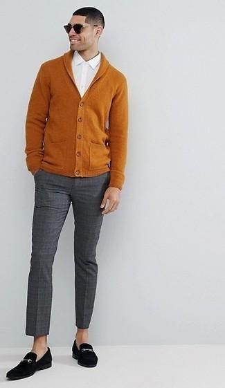Tenue: Cardigan à col châle tabac, Chemise à manches longues blanche, Pantalon de costume à carreaux gris foncé, Slippers en daim noirs