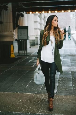 Casa un cárdigan abierto verde oscuro con unos pantalones pitillo de cuero negros para un almuerzo en domingo con amigos. Con el calzado, sé más clásico y elige un par de botines con cordones de cuero marrónes.