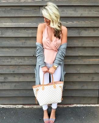 Cómo combinar: cárdigan abierto gris, blusa sin mangas con volante rosada, vaqueros pitillo blancos, sandalias de tacón de cuero grises