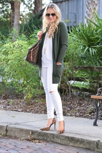 Cómo combinar: cárdigan abierto verde oscuro, blusa sin mangas blanca, vaqueros pitillo desgastados blancos, zapatos de tacón de ante de leopardo marrón claro