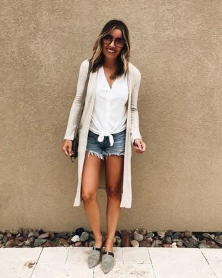 Cómo combinar: cárdigan abierto en beige, camisa de manga corta blanca, pantalones cortos vaqueros azules, chinelas de ante grises