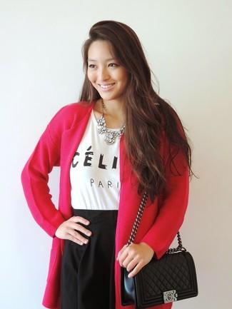 Cómo combinar: cárdigan abierto rosa, camiseta con cuello circular estampada en blanco y negro, falda skater negra, bolso bandolera de cuero acolchado negro