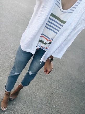 Cómo combinar: cárdigan abierto blanco, camiseta con cuello circular de rayas horizontales blanca, vaqueros desgastados azules, sandalias con cuña de cuero marrónes
