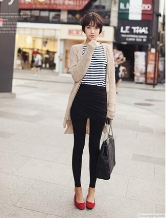Cómo combinar: cárdigan abierto en beige, camiseta de manga larga de rayas horizontales en blanco y azul marino, minifalda negra, leggings negros