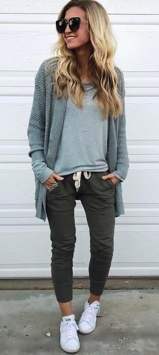 Cómo combinar: cárdigan abierto gris, camiseta de manga larga gris, pantalón de chándal verde oliva, tenis de lona blancos