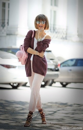 Cómo combinar: cárdigan abierto burdeos, camiseta sin manga blanca, pantalón de pinzas en beige, sandalias de tacón de ante burdeos