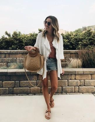 Cómo combinar: cárdigan abierto blanco, camiseta sin manga marrón, pantalones cortos vaqueros azules, sandalias de dedo de cuero marrónes