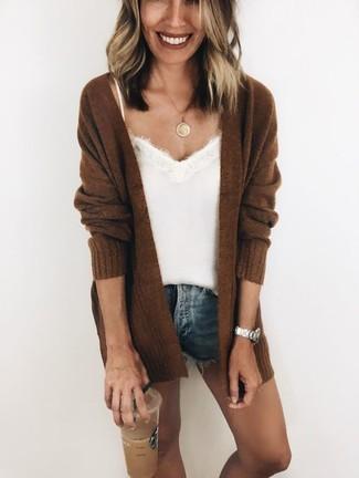 Cómo combinar: cárdigan abierto de punto en marrón oscuro, camiseta sin manga de seda blanca, pantalones cortos vaqueros azules, colgante dorado