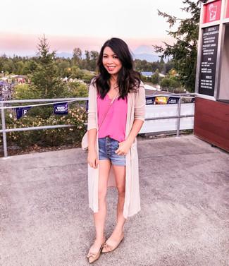 Cómo combinar: cárdigan abierto rosado, camiseta sin manga de seda rosa, pantalones cortos vaqueros azules, bailarinas de cuero marrón claro