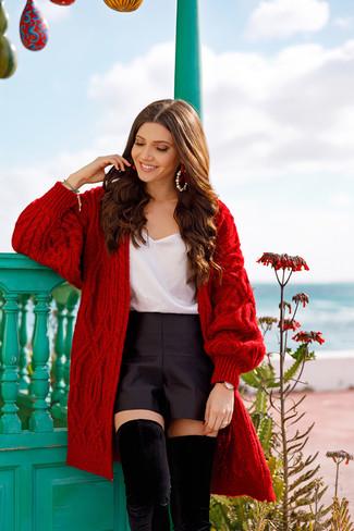 Cómo combinar: cárdigan abierto de punto rojo, camiseta sin manga de seda blanca, pantalones cortos de satén negros, botas sobre la rodilla de ante negras