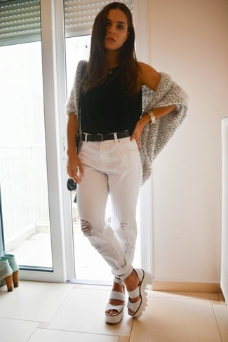 Cómo combinar: cárdigan abierto de punto gris, camiseta sin manga negra, vaqueros boyfriend desgastados blancos, sandalias de tacón de cuero gruesas blancas