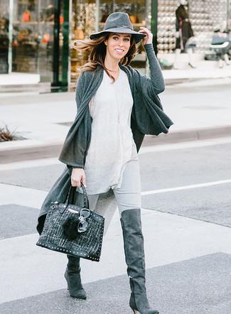 Cómo combinar: cárdigan abierto en gris oscuro, camiseta sin manga gris, vaqueros pitillo grises, botas sobre la rodilla de ante en gris oscuro