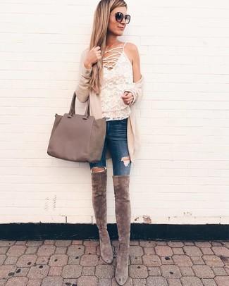 Cómo combinar: cárdigan abierto en beige, camiseta sin manga de encaje blanca, vaqueros pitillo desgastados azul marino, botas sobre la rodilla de ante grises