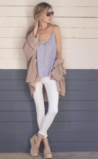 Cómo combinar: cárdigan abierto de punto marrón claro, camiseta sin manga de seda gris, vaqueros pitillo blancos, sandalias con cuña de ante marrón claro