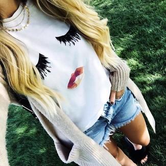 Cómo combinar: cárdigan abierto en beige, camiseta con cuello circular estampada blanca, pantalones cortos vaqueros celestes, sandalias planas de pelo negras