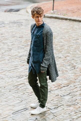 Cómo combinar: cárdigan abierto en gris oscuro, camisa de manga larga azul marino, pantalón chino verde oliva, tenis de lona blancos