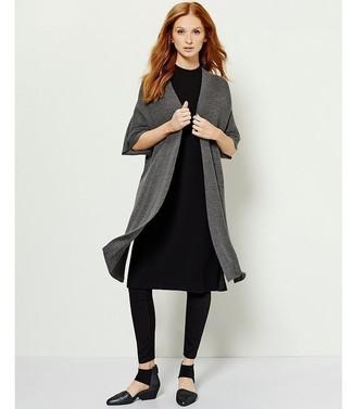 Cómo combinar: cárdigan abierto en gris oscuro, vestido jersey negro, leggings negros, zapatos de tacón de cuero negros