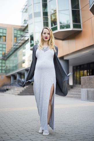 Cómo combinar: cárdigan abierto en gris oscuro, vestido largo con recorte gris, zapatillas altas blancas, collar con adornos plateado
