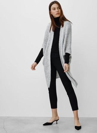 Cómo combinar: cárdigan abierto de punto gris, jersey de cuello alto negro, pantalones pitillo negros, chinelas de satén negras