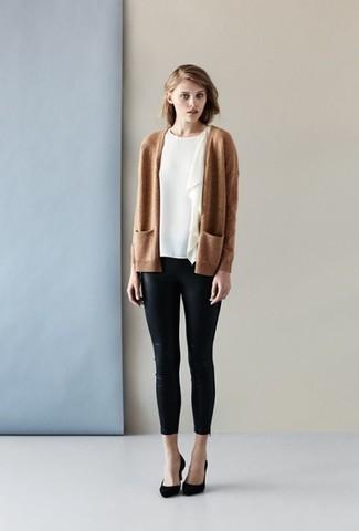 Cómo combinar: cárdigan abierto marrón claro, blusa de manga corta con volante blanca, pantalones pitillo de cuero negros, zapatos de tacón de ante negros