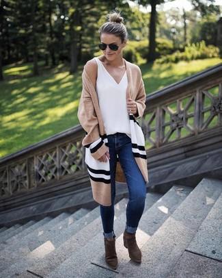 Cómo combinar: cárdigan abierto de rayas horizontales marrón claro, camiseta sin manga blanca, vaqueros pitillo azul marino, botines de ante verde oliva