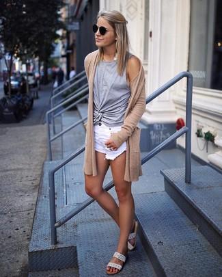 Cómo combinar: cárdigan abierto marrón claro, camiseta sin manga gris, pantalones cortos vaqueros desgastados blancos, sandalias planas de cuero en beige