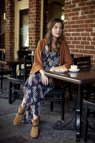 Cómo combinar: cárdigan abierto marrón, vestido largo con estampado geométrico azul marino, botines de ante marrón claro