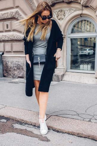 Look de moda: Cárdigan abierto negro, Vestido ajustado gris, Tenis blancos, Bolso bandolera de cuero negro