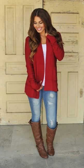 Si eres el tipo de chica de jeans y camiseta, te va a gustar la combinación de un cárdigan abierto rojo y unos leggings vaqueros celestes. Botas añadirán interés a un estilo clásico.