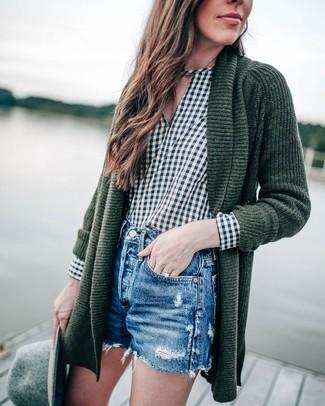 Cómo combinar: cárdigan abierto de punto verde oscuro, blusa de manga larga de cuadro vichy verde oscuro, pantalones cortos vaqueros desgastados azules, sombrero de lana gris