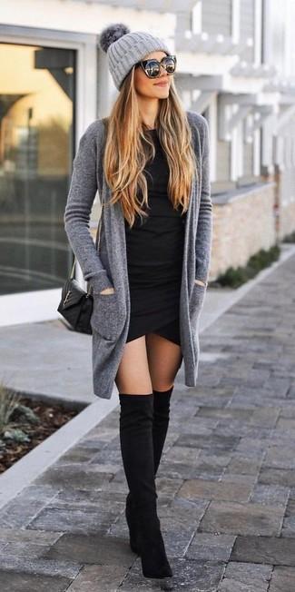 Cómo combinar: cárdigan abierto gris, vestido ajustado negro, botas sobre la rodilla de ante negras, bolso bandolera de cuero acolchado negro