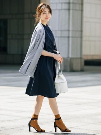 Cómo combinar: cárdigan abierto gris, vestido camisa azul marino, sandalias de tacón de ante negras, mochila con cordón de cuero blanca