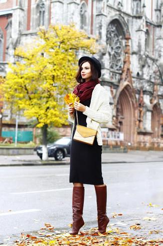 Cómo combinar: cárdigan abierto de punto en beige, vestido tubo de lana negro, botas de caña alta de cuero burdeos, bolso bandolera de cuero mostaza