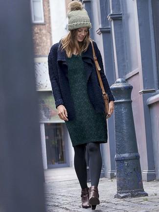 Cómo combinar: cárdigan abierto de punto azul marino, vestido tubo con print de flores verde oscuro, botines de cuero en marrón oscuro, bolso bandolera de cuero marrón claro