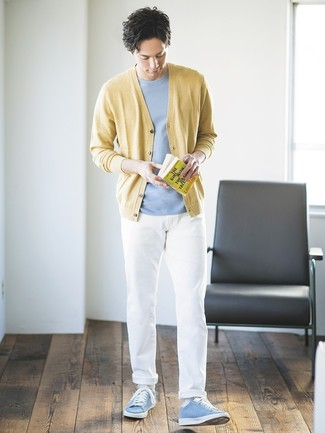 Cómo combinar: cárdigan amarillo, camiseta con cuello circular celeste, pantalón chino blanco, tenis celestes