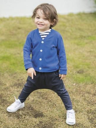 Cómo combinar: cárdigan azul, camiseta de rayas horizontales en azul marino y blanco, vaqueros azul marino, zapatillas blancas