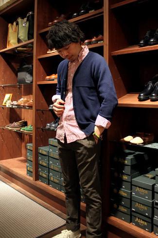 Cómo combinar: cárdigan azul marino, camisa de manga larga de rayas verticales en blanco y rojo, pantalón chino en marrón oscuro, tenis de lona blancos