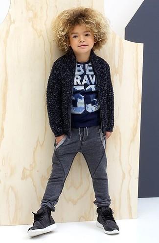 Cómo combinar: cárdigan azul marino, camiseta estampada azul marino, pantalón de chándal en gris oscuro, zapatillas en gris oscuro