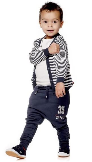 Cómo combinar: cárdigan de rayas horizontales azul marino, camiseta blanca, pantalón de chándal azul marino, zapatillas negras
