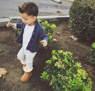 Cómo combinar: cárdigan azul marino, camiseta blanca, pantalón de chándal gris, botas ugg marrón claro