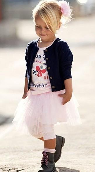 Cómo combinar: cárdigan azul marino, camiseta estampada rosada, falda rosada, botas negras