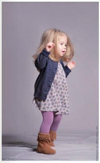 Cómo combinar: cárdigan azul marino, vestido con print de flores rosado, botas en tabaco, medias violeta claro